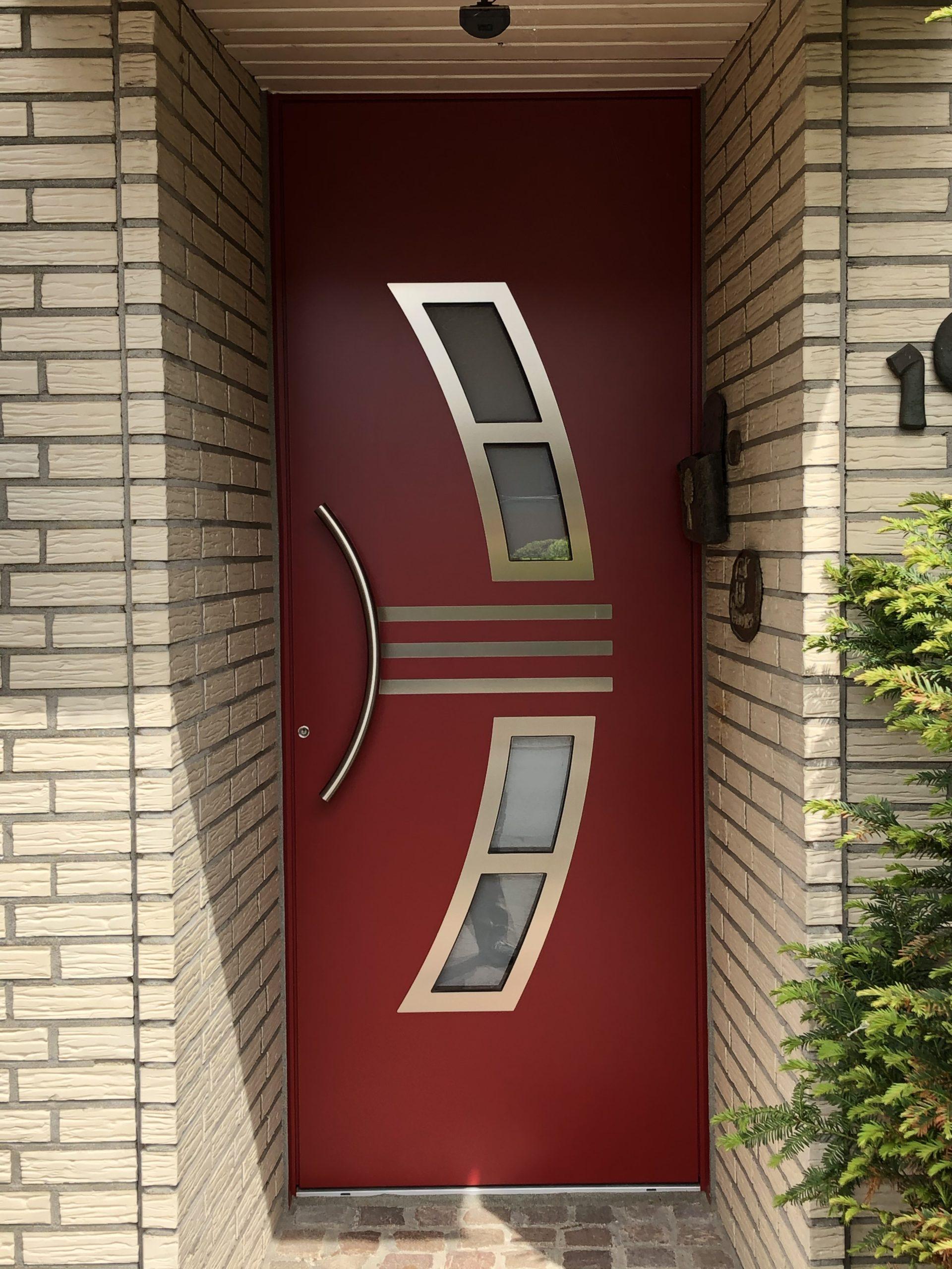 Eine rote Haustür frontal Fotografiert