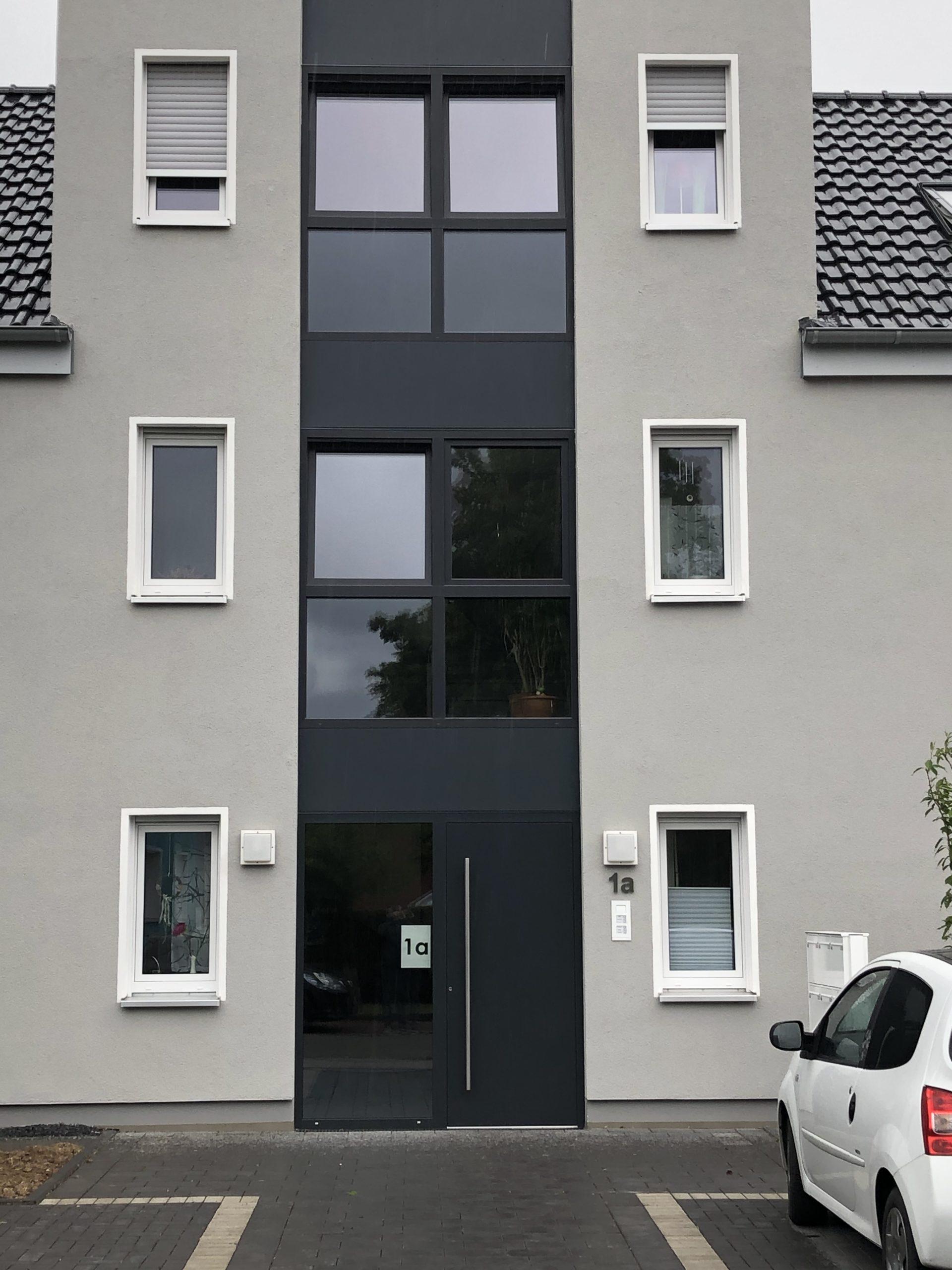 Hausfront eines Mehrfamilienhauses